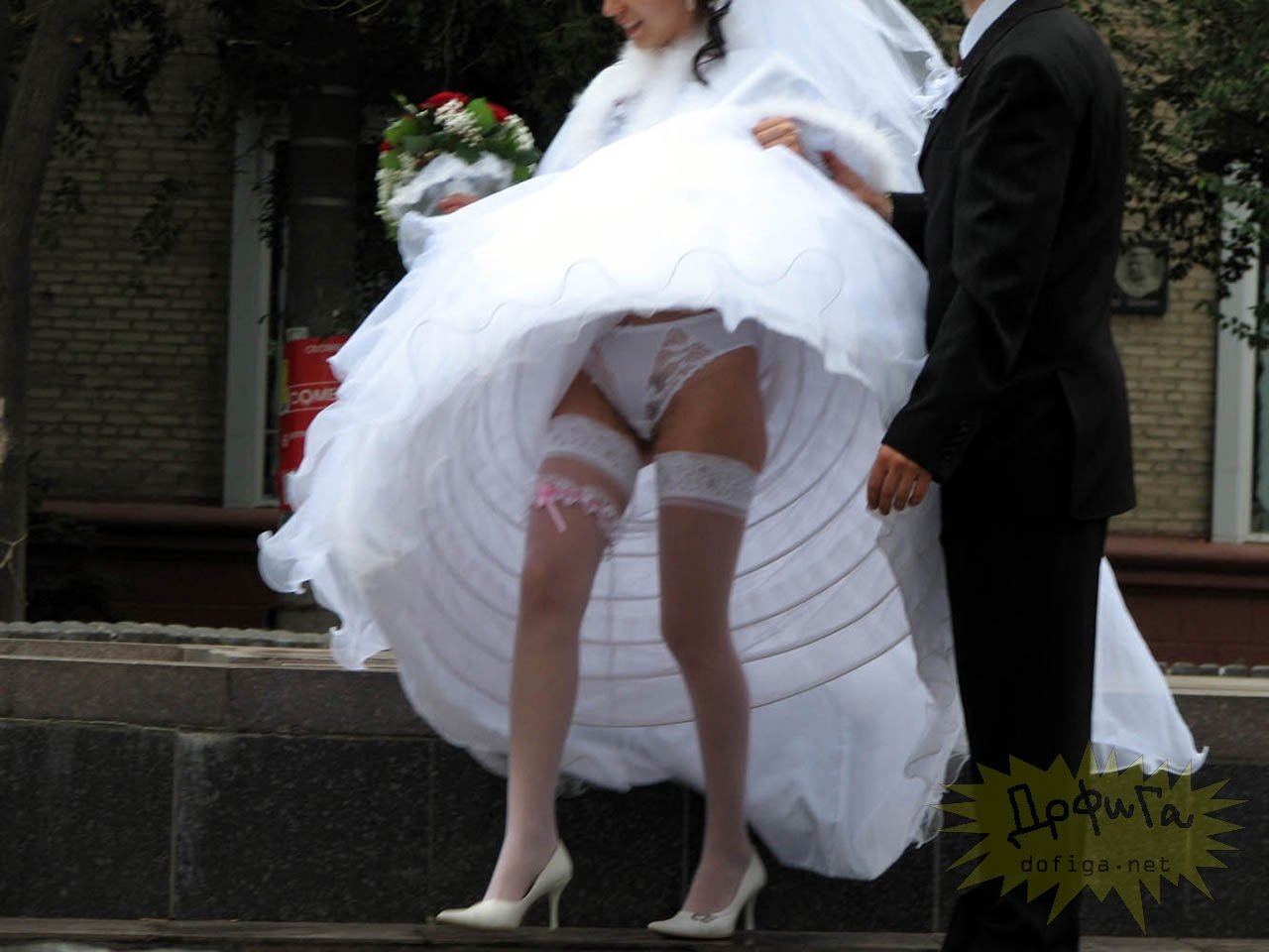 Частное фото у невесты под платьем 19 фотография